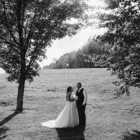 Mariage sur le golf, couple romantique noir et blanc